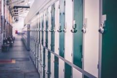 Vista lateral de un pasillo del armario en una universidad fotos de archivo libres de regalías