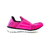 Vista lateral de un zapato del deporte de la señora rosada Imagenes de archivo