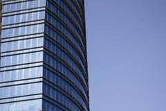 Vista lateral de una pared azul rayada de la ventana de cristal de un edificio corporativo Foto de archivo