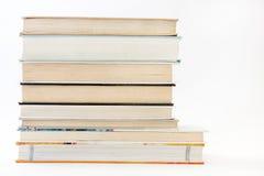 Vista lateral de una pila de libros Imagenes de archivo