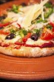Vista lateral de una pizza sabrosa del huevo foto de archivo