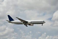 Vista lateral del aeroplano del jet del cargo Fotografía de archivo libre de regalías