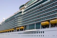 Vista lateral del barco de cruceros Imagen de archivo libre de regalías