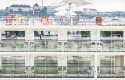 Vista lateral del barco de cruceros con la reflexión Foto de archivo