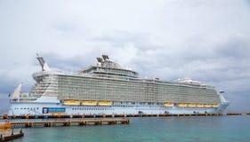 Vista lateral del barco de cruceros en el embarcadero Imágenes de archivo libres de regalías