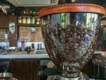 Vista lateral del café asado en la máquina de la amoladora para el fondo fotos de archivo