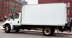 Vista lateral del camión de reparto parqueado fotografía de archivo