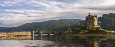 Vista lateral del castillo de Eilean Donan Fotografía de archivo libre de regalías