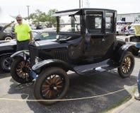 Vista lateral del coche negro de Ford Model T Imágenes de archivo libres de regalías