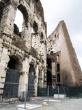 Vista lateral del Colosseum Foto de archivo libre de regalías