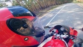Vista lateral del conductor de una moto mientras que se mueve almacen de metraje de vídeo