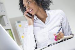 Vista lateral del encargado africano en oficina Imagen de archivo libre de regalías