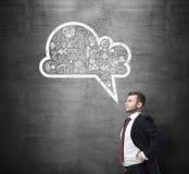 Vista lateral del hombre confiado, estudiante, que está pensando en nuevos conceptos del negocio Nube exhausta con los iconos del Imagen de archivo