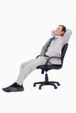 Vista lateral del hombre de negocios que se inclina detrás en su silla Fotos de archivo