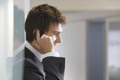 Vista lateral del hombre de negocios Using Cellphone fotografía de archivo libre de regalías