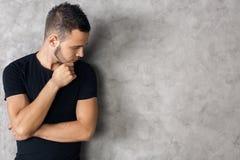 Vista lateral del hombre en camisa negra Fotografía de archivo
