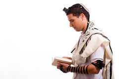 Vista lateral del hombre judío joven con el libro Imagen de archivo