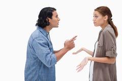 Vista lateral del hombre que pregunta a su novia desorientada Imágenes de archivo libres de regalías