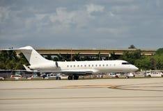 Vista lateral del jet corporativo Fotos de archivo