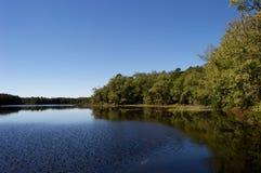 Vista lateral del lago con el cielo azul claro Imagen de archivo
