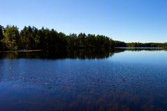 Vista lateral del lago con el cielo azul claro Fotografía de archivo libre de regalías