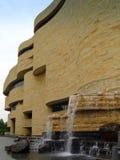 Vista lateral del Museo Nacional de Smithsonian del indio americano Fotos de archivo