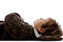 Vista lateral del niño que se reclina sobre suelo Fotografía de archivo