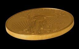 Vista lateral del oro Eagle una moneda de la onza Imágenes de archivo libres de regalías