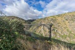 Vista lateral del puente del hierro de Requejo, del Castile y de León, España Imagen de archivo libre de regalías