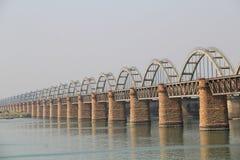 Vista lateral del puente ferroviario viejo y del nuevo puente sobre el río de Godavari Imágenes de archivo libres de regalías