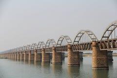 Vista lateral del puente ferroviario viejo y del nuevo puente sobre el río de Godavari Fotografía de archivo