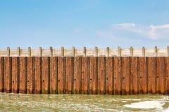 Vista lateral del rompeolas costero Fotos de archivo