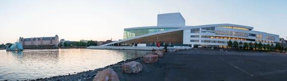 Vista lateral del teatro de la ópera nacional de Oslo el 20 de mayo de 2014 en Oslo, Noruega Fotos de archivo