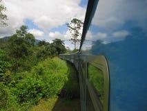 Vista lateral del tren en rural Fotos de archivo