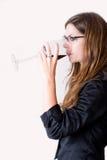 Vista lateral del vino de consumición de la mujer. Foto de archivo libre de regalías