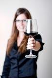 Vista lateral del vino de consumición de la mujer. Imagen de archivo