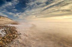 Vista lateral desta praia completamente dos seixos no litoral imagens de stock