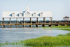Vista lateral do cais em Charleston, South Carolina com um telhado branco imagem de stock royalty free
