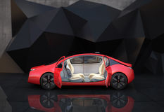 Vista lateral do carro autônomo vermelho na frente do fundo geométrico do objeto Imagens de Stock Royalty Free