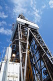 Vista lateral do equipamento de perfuração a pouca distância do mar Fotos de Stock