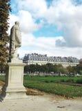 Vista lateral do monumento no jardim de Tuileries, Paris fotos de stock