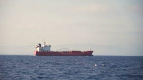 Vista lateral do navio de carga que flutua no mar video estoque