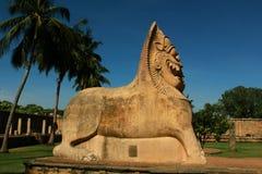 A vista lateral do salão da estátua do yalli com o céu no templo antigo de Brihadisvara em Gangaikonda Cholapuram, india imagem de stock