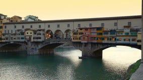 Vista lateral en la puesta del sol de Ponte Vecchio en Florencia metrajes