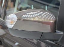 Vista lateral honesto próxima do espelho retrovisor marrom Foto de Stock