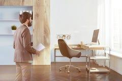 Vista lateral interior de la oficina de la compañía, hombre de negocios imagen de archivo