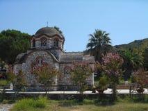 Vista lateral a la iglesia de Agios Nikolaos y de Agia Anastasia en el puerto pesquero de Olympiada, Halkidiki fotos de archivo libres de regalías