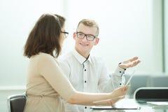 Vista lateral los colegas del negocio discuten problemas del trabajo imagen de archivo