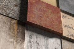 Vista lateral na parede feita de elementos quadrados Fotos de Stock Royalty Free
