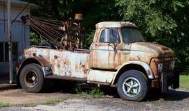 Vista lateral Rusted del camión temprano de Ford Tow de los años 40 hacia fuera Imagenes de archivo